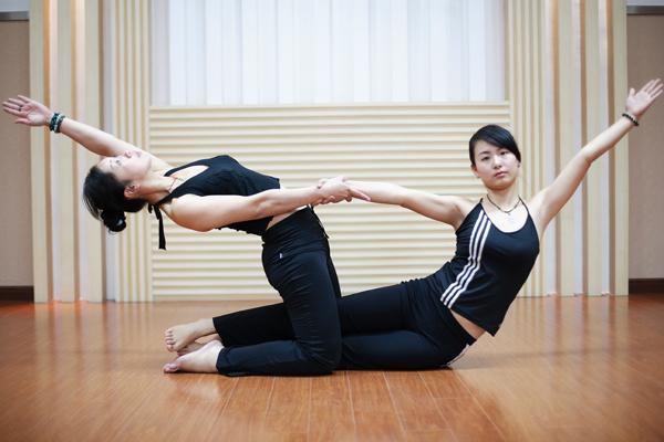 品美女双胞胎姐妹拍双人瑜伽