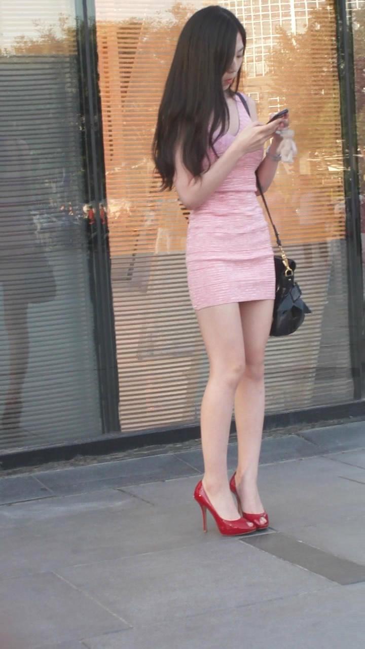 街拍性感美女齐b包臀超短裙不小心露光