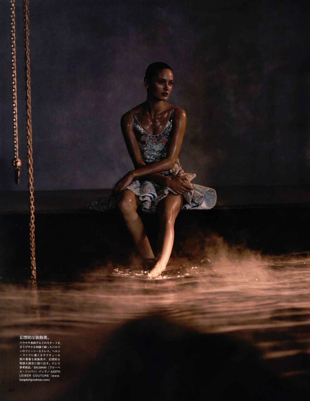 时尚大片:超模与黄金蟒激情演绎美女与野兽