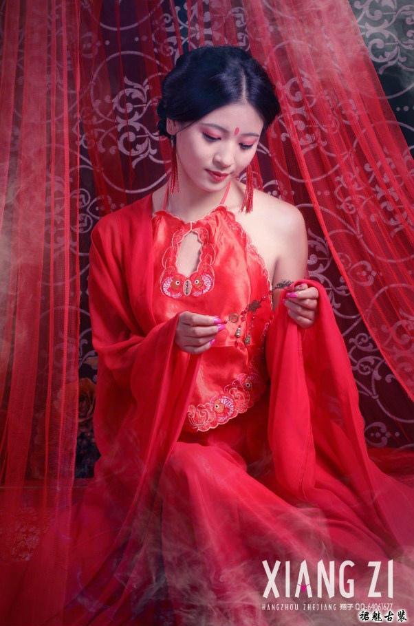 古装美女艺术照之红颜肚兜