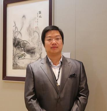 国画承袭家学,自幼随父中国陶瓷艺术大师,中国画大家叶建新先生习画.