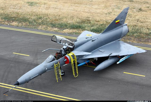 细长的机鼻,锯齿形的机翼前缘和鸭式三角翼无平尾布局是该机的显著图片