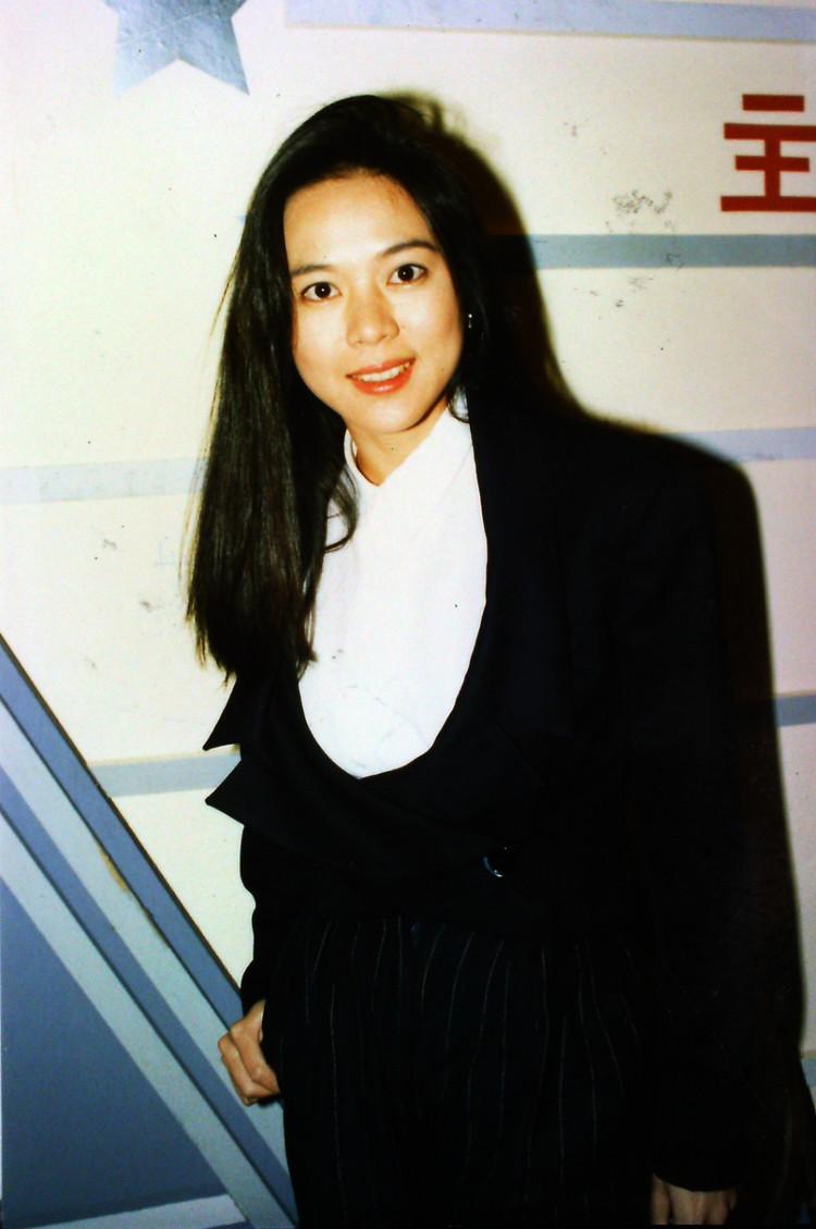 1986年出版半裸的《郑文雅写真集》.