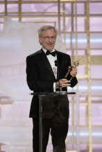 斯皮尔伯格手握终身成就奖奖杯发表感言