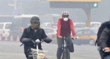 大雾天气中出行的市民