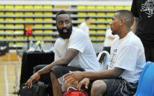 哈登参加广州篮球夏令营