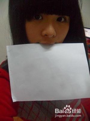 怎样把名字p到美女手里的白纸上