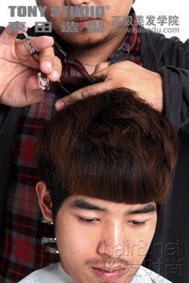 顶区头发深度刻痕剪制造纹理; 怎样diy一款英伦风潮的男生发型图片