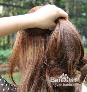 发型diy第一步就是把梳好的头发分区,发量分成上下各一半,并用手要把图片