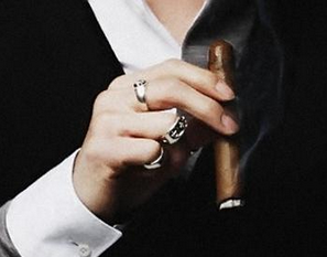 时尚/美容 > 服饰   1 男生戒指戴法有几下种: 食指--想结婚,表示未婚图片