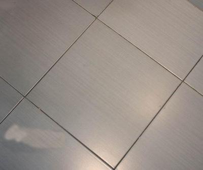 面层光亮,釉层内或釉层中无夹杂物斑点或釉面颜色色差,这样的地砖一般