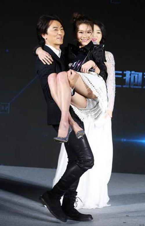 美女明星被公主抱的瞬间,baby表情尴尬,赵丽颖最美,范冰冰牛气!图片