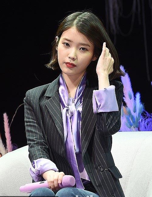 """""""国民妹妹""""iu新专辑发售showcase 留齐耳短发清纯可人撩发显帅气图片"""