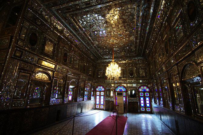 宫殿内都喜欢用水晶灯和小镜子进行装饰图片