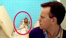 经典搞笑视频神剪辑 美女误入男厕所神反应