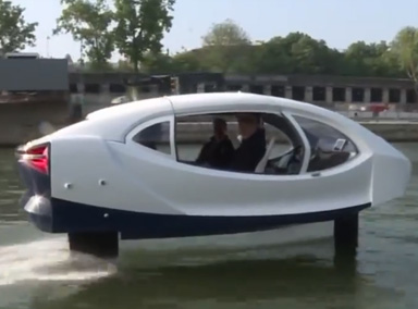 巴黎水上出租车河面飞驰