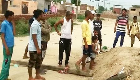 印度少年为赚表演费 被埋墓穴24小时身亡