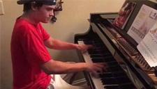 男孩顾客家中演奏钢琴
