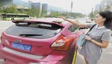 女司机将钱包忘在车顶上 百元大钞一路飘