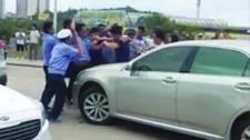9名执法人员与游客互殴