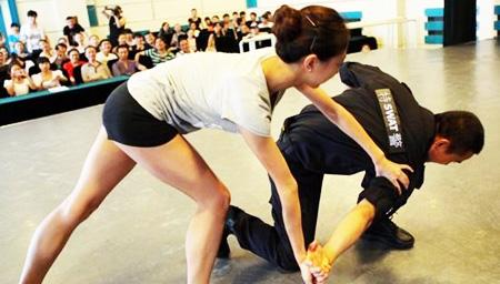 涨姿势!2分钟综合格斗技能详解 快学一招防身术