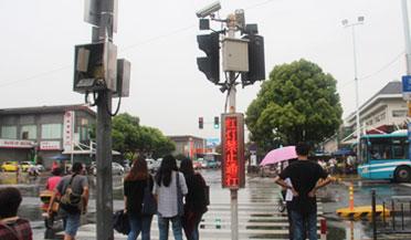 上海一女孩闯红灯拒绝受罚 撒娇无效