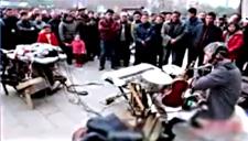 """河南老汉街头表演神技 1人同时演奏9种""""乐器"""""""