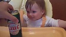 乖巧萌宝酷爱啤酒 你这样爸比不知道么