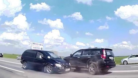 最新收集撞车现场:高清行车记录仪拍下的笨蛋司机
