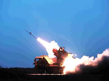 夜间渤海湾畔多枚导弹命中目标