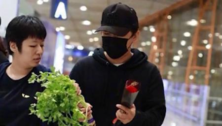 黄渤机场获粉丝赠芹菜
