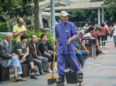 清洁工踩溜冰鞋扫地引围观