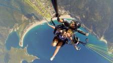 英女孩2000米高空跳伞 进行最酷炫自拍