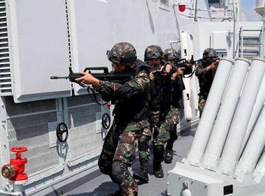 驻港部队进行三军联合演练作战