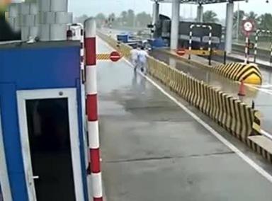 货车司机打盹的一瞬间