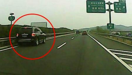 女司机高速上悠闲倒车转弯