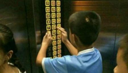 熊孩子乱按电梯惹邻居不爽