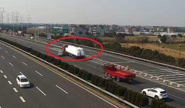 小车高速上突然急刹变道
