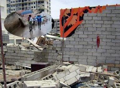 墙壁倒塌瞬间 两女子神反应躲过一劫