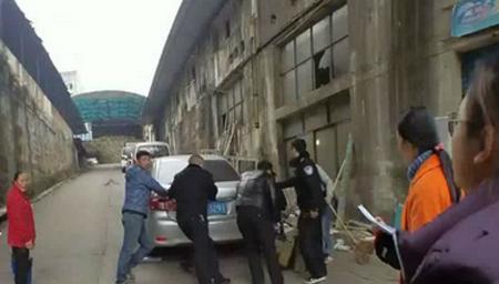 小车陡坡下滑 警民合力挡车救出小孩