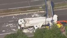英国一天桥被货车撞塌阻断高速路 交通受阻