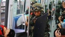 实拍上海武警反恐实兵演练:解救地铁人质