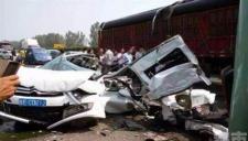 实拍重庆大货车刹车失控致十余车连环相撞