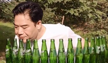 大叔用15个瓶子吹出100首歌