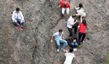 实拍游客冒坠崖危险抄近道