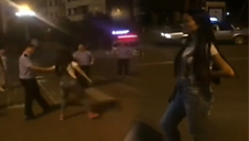 实拍奇葩美女马路发飙当街拦豪车 被警察当场拘留