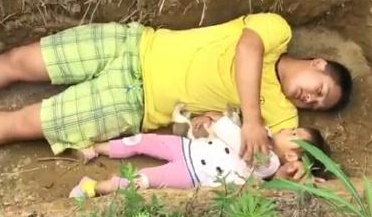 父亲给2岁重病女儿挖坟