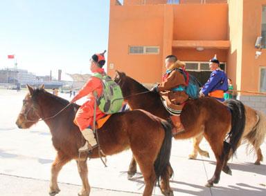 内蒙古小学生骑马报道被围观