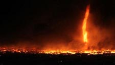 """实拍火灾现场燃起20米""""龙卷火"""" 如末日降临"""