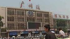 实拍男子爬上广州火车站告示牌 大喊被人追杀